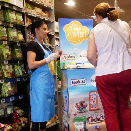 Dégustation instore pour découvrir la nouvelle gamme apéro Apéricube et Boursin - Keemia Shopper Marketing - Agence d'activation shopper marketing phygitale