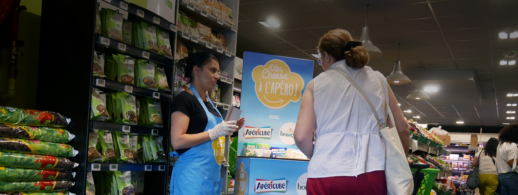 Dégustation instore pour découvrir la nouvelle game apéro Apéricube et Boursin - Keemia Shopper Marketing - Agence d'activation shopper marketing phygitale